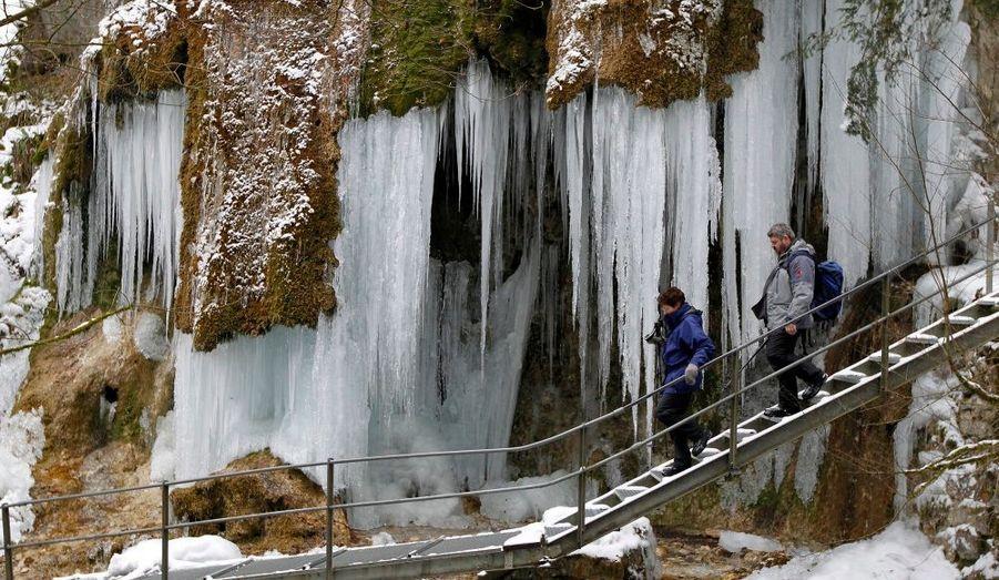 Les cascades du canyon Teufelsschlucht, à Haegendorf, gèlent en hiver et forment d'énormes stalactites.