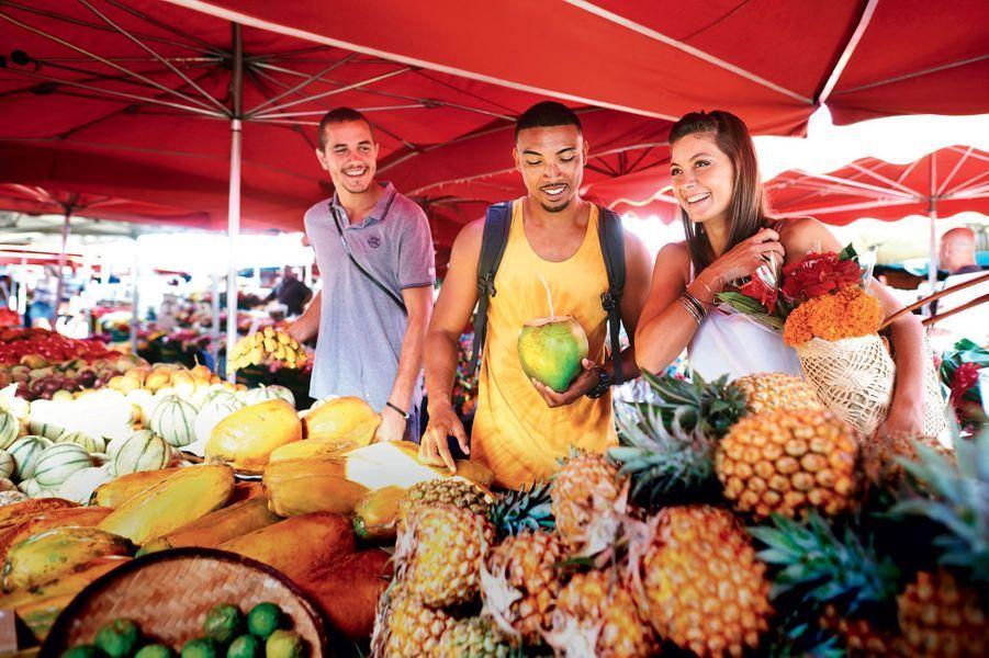 Le marché forain:un festival de couleurs, de senteurs et de goûts à l'ombre des parasols