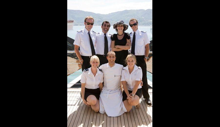 Un équipage aux petits soins. Notre reporter, entourée (de g. à dr.), par Jonathan, « chief officer », Erdem Hatip, le capitaine, et Dan, officier en second. Au premier rang, de g. à dr., Lisa, l'hôtesse, Luca, le chef cuisinier, et Ulrika, l'hôtesse en chef.