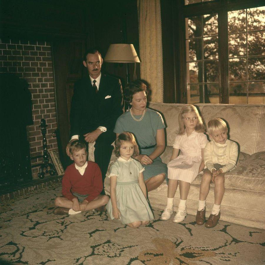 Le prince Jean de Luxembourg et la princesse Joséphine-Charlotte avec Henri, Margaretha, Marie-Astrid et Jean, en 1960
