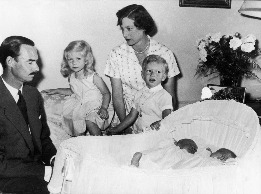 Le prince Jean de Luxembourg et la princesse Joséphine-Charlotte avec Marie-Astrid, Henri et les jumeaux Margaretha et Jean, le 19 juin 1957