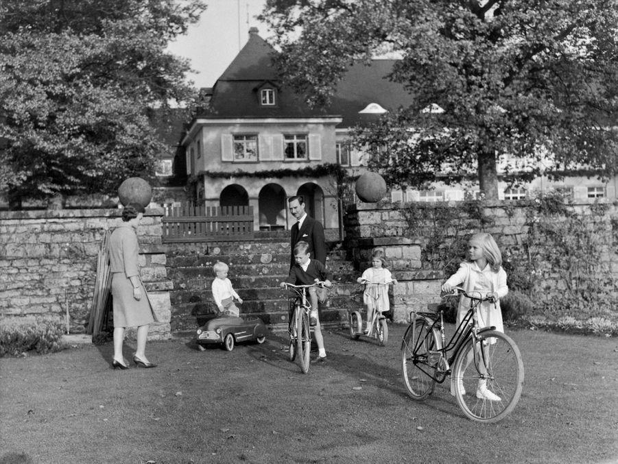 Le prince Jean de Luxembourg et la princesse Joséphine-Charlotte avec les princes Jean et Henri et les princesses Margaretha et Marie-Astrid, en 1960