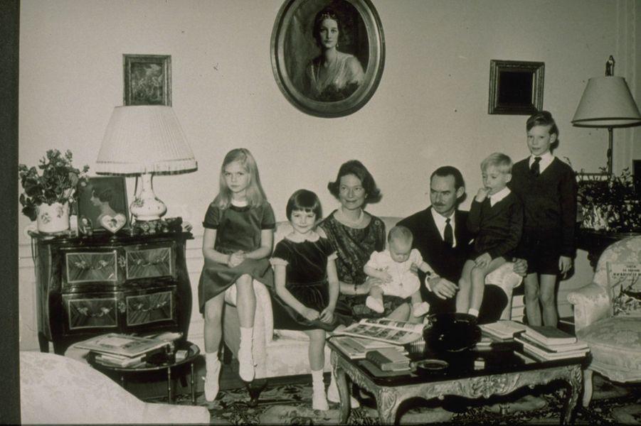 Le prince Jean de Luxembourg et la princesse Joséphine-Charlotte avec leurs cinq enfants, le 26 décembre 1963