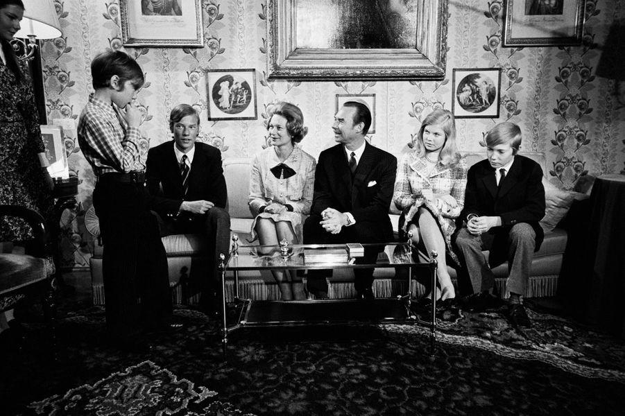 Le grand-duc Jean de Luxembourg et la grande-duchesse Joséphine-Charlotte avec leurs cinq enfants, le 1er avril 1972