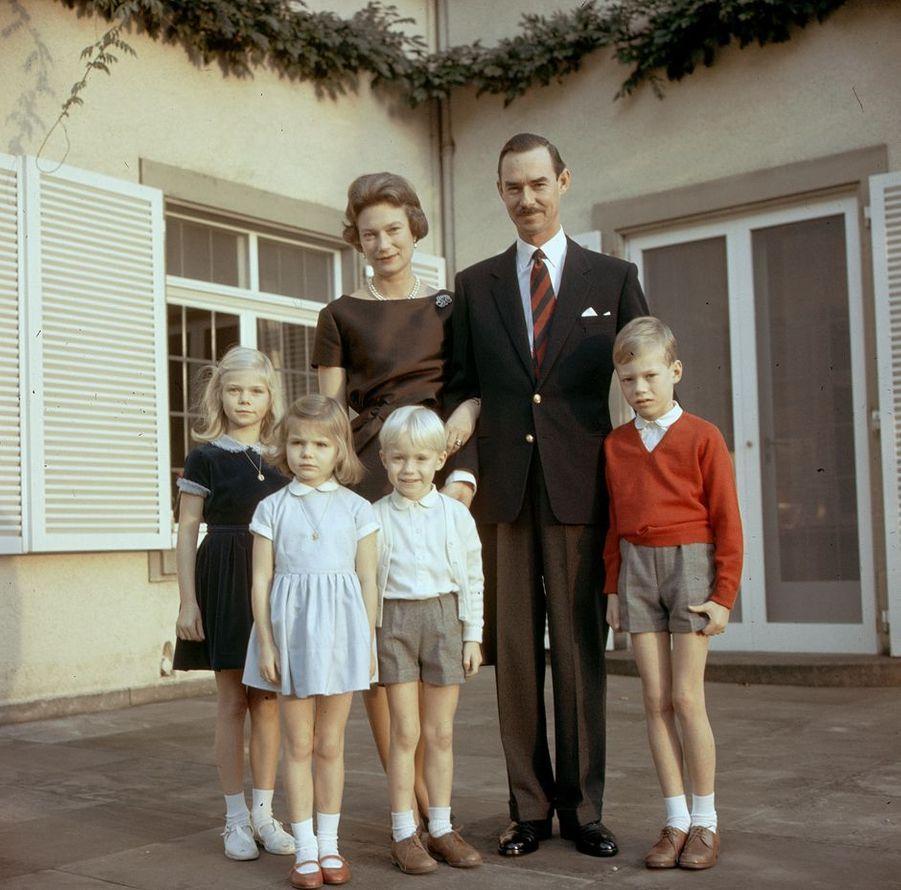 Le grand-duc Jean de Luxembourg et la grande-duchesse Joséphine-Charlotte avec Marie-Astrid, Margaretha, Jean et Henri, en 1966