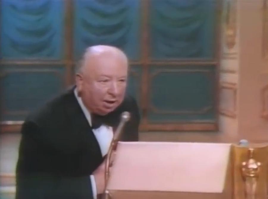 Alors qu'il n'a reçu encore aucune distinction en tant que réalisateur (même si certains de ses films comme «Psychose» et «Fenêtre sur cour» ont été nommés), Alfred Hitchcock reçoit finalement le prix «Irving G. Thalberg Memorial» en 1968. Mis à l'honneur pour la qualité de l'ensemble de son œuvre cinématographique, le Britannique vient finalement récupérer son trophée à Los Angeles en signant le discours le plus court de l'histoire des Oscars avec un sobre «Merci».
