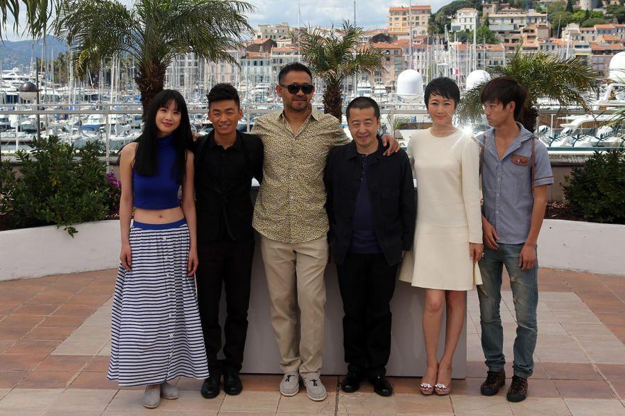 """L'équipe de """"A Touch of Sin"""" dont le réalisateur Jia Zhang-ke (au centre, en noir)"""