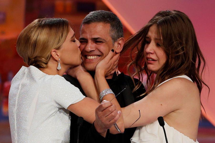 """Léa Seydoux et Adèle Exarchopoulos entourent Abdellatif Kechiche, palme d'or pour """"La Vie d'Adèle""""."""
