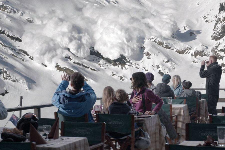 Une famille suédoise passe ses vacances d'hiver dans les Alpes. Le soleil brille et les pistes sont magnifiques mais lors d'un déjeuner dans un restaurant de montagne, une avalanche vient tout bouleverser. Les clients du restaurant sont pris de panique, Ebba, la mère, appelle son mari Tomas à l'aide tout en essayant de protéger leurs enfants, alors que Tomas, lui, a pris la fuite ne pensant qu'à sauver sa vie… L'avalanche s'arrête juste avant le restaurant, sans faire de dégâts, et pourtant, l'univers familial est ébranlé. Un point d'interrogation plane maintenant au-dessus du père, et Tomas tente désespérément de reprendre sa place de patriarche de la famille.
