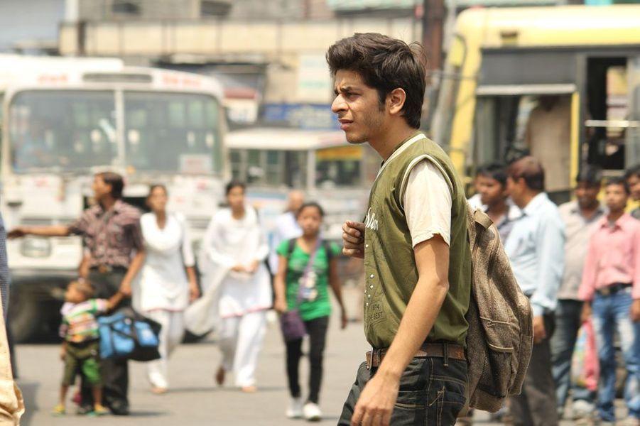 Dans les quartiers mal-fâmés de la banlieue de Delhi, Titli, benjamin d'une fratrie de violents braqueurs de voitures, tente désespérément d'échapper à l'entreprise familiale.