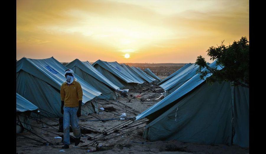 Les tentes fleurissent sur le camp qui agrandit de jour en jour pour accueillir les réfugiés. Fin d'une nouvelle journée de galère pour les réfugiés qui vivent au milieu des déchets qui s'accumulent au fil des jours.