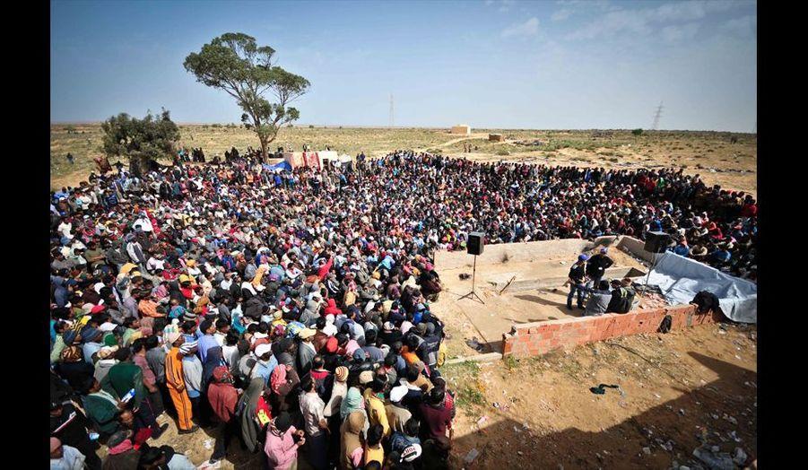 La foule des réfugiés Bangladais attendant d'être appelé un par un pour récupérer leur passeport ainsi que le fameux sésame leur permettant de monter dans un bus pour rentrer chez eux.