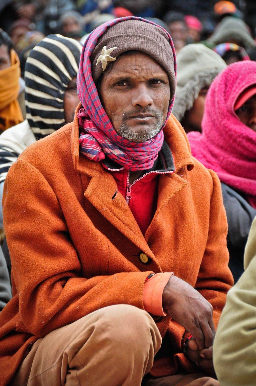 Tout comme cet homme, ils sont des milliers à attendre d'être appelés pour récupérer le sésame qui leur permettra de rentrer chez eux.