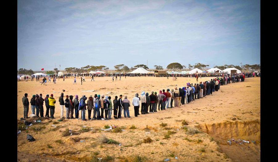 Des milliers de réfugiés font la queue sur les points de ravitaillement du camp. De longues heures durant, ils attendent dans le froid, parfois sous des tempêtes de sable un peu de nourriture qui se résume à une assiette de pâtes, un bout de pain et une bouteille d'eau.