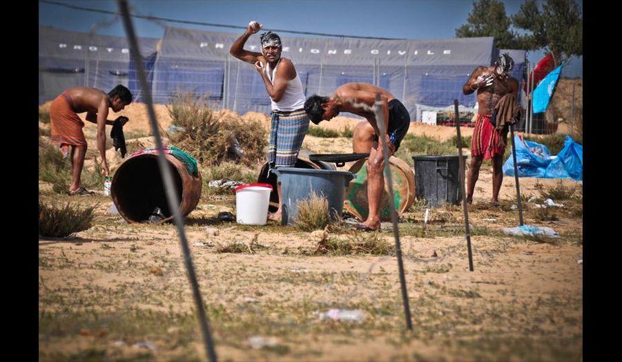 Des conditions de vie difficiles pour les réfugiés qui improvisent une toilette avec les moyens du bord au milieu des détritus qui s'empilent de jour en jour.