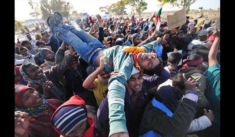 Un homme victime d'hypoglycémie vient de s'effondrer dans la foule des manifestants bangladais. Les réfugiés protestent contre le manque de nourriture, d'eau et les conditions de vie difficiles sur le camp. Il réclament leur rapatriement et manifestent pour attirer l'attention de leur gouvernement.