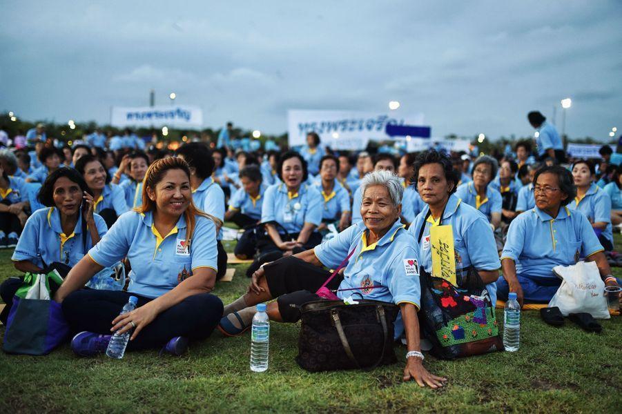 Les Thaïlandais fêtent l'anniversaire de Sirikit, leur reine, sur la place Sanam Luang à Bangkok, le 12 août 2015