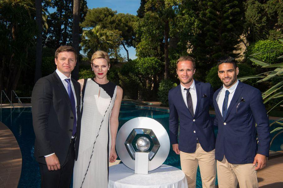 La princesse Charlène de Monaco avec son frèreGareth Wittstock (à gauche) et des joueurs de l'AS Monaco, au Palais de Monaco le 21 mai 2017