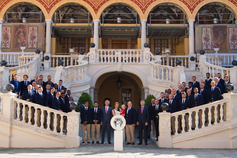 La princesse Charlène de Monaco, le prince Albert II et leur fils le prince Jacques, avec l'équipe de l'ASM, à Monaco le 21 mai 2017