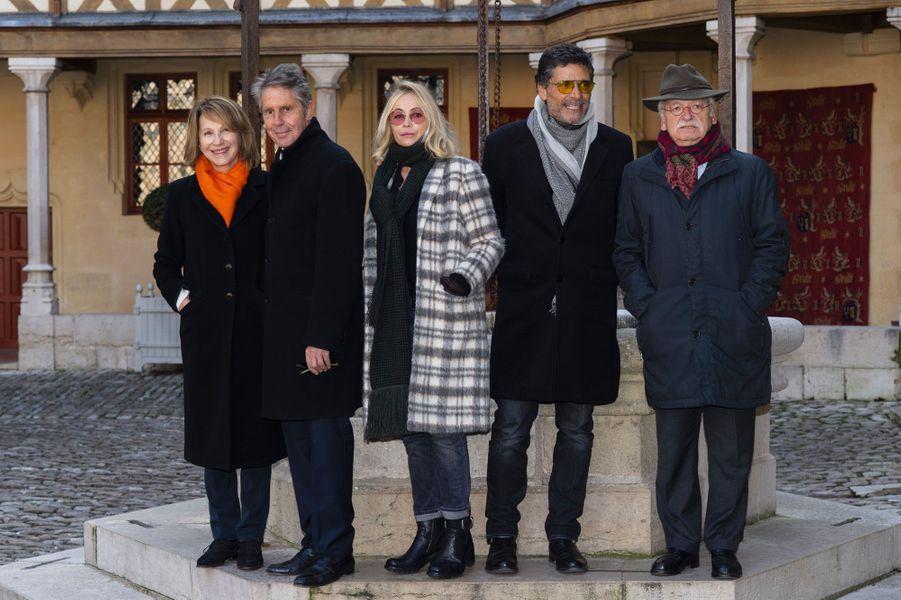 Nathalie Baye, Alain Suguenot, Emmanuelle Béart, Pascal Elbé et Erik Orsennaà la vente aux enchères des vins des Hospices de Beaune, le 18 novembre 2018