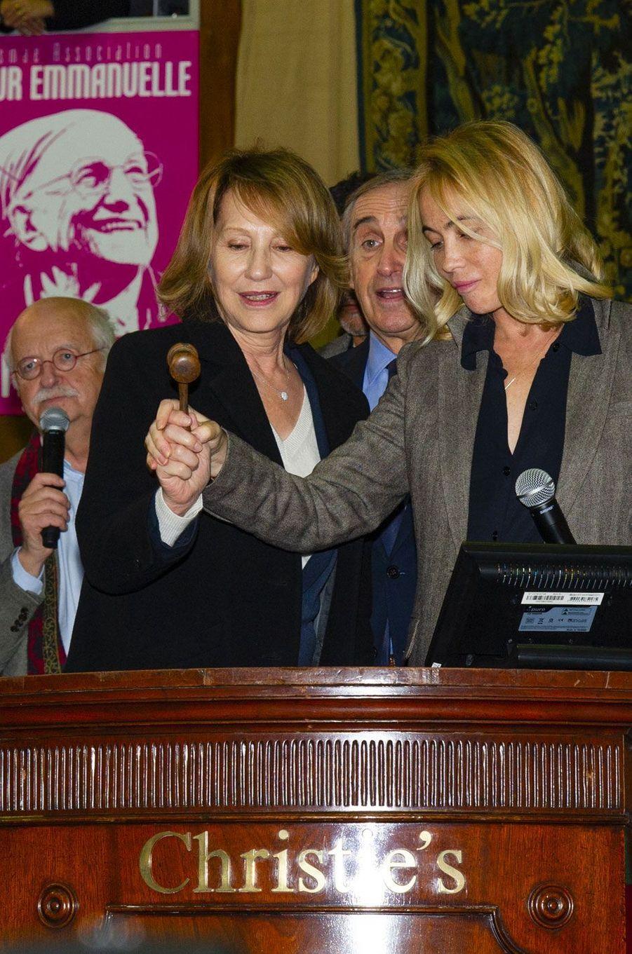 Nathalie Baye et Emmanuelle Béart à la vente aux enchères des vins des Hospices de Beaune, le 18 novembre 2018