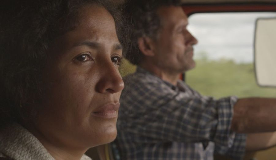 L'autoroute qui relie Assomption à Buenos Aires. Un camionneur doit conduire une femme qu'il ne connaît pas. La femme n'est pas toute seule. Elle a un bébé. 1500 kilomètres restent à parcourir.