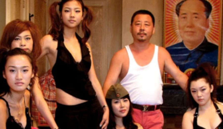 À Guangdong, ville emblématique de la réforme et de l'ouverture chinoise, l'activité des thermes Sauna On Moon est en difficulté. Avec ses employés, Wu, le gérant, poursuit son rêve de bâtir un « royaume du plaisir » avec philosophie, effort et optimisme. Mais suite à un défilé de mode assez particulier, Wu s'effondre face au manque de réussite. Durant cette période de crise, certaines de ses employées démissionnent, d'autres sont arrêtées alors que les dernières décident de rester à ses côtés pour de meilleurs lendemains…
