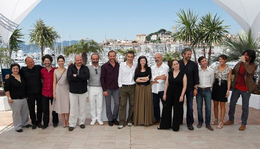 """L'équipe du film """"Bir Zamanlar Anadolu'da"""", avec son réalisateur, Nuri Bilge Ceylan au centre, entouré de tous ses acteurs."""