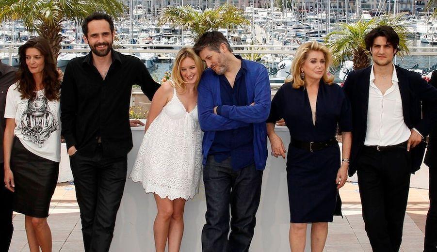 L'équipe du film de Christophe Honore (3e à droite), de gauche à droite: Chiara Mastroianni, Rasha Bukvic, Ludivine Sagnier, Catherine Deneuve et Louis Garrel.