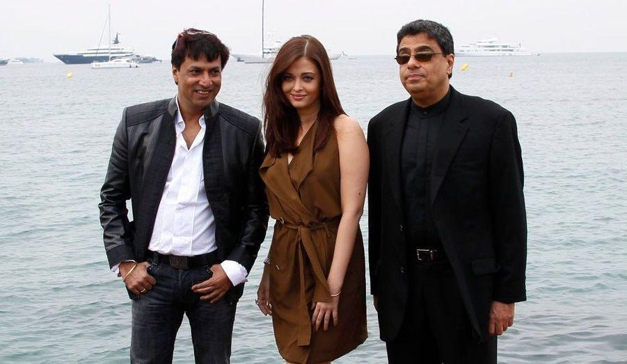 Le réalisateur de Bollywood Madhur Bhandarkar (à gauche) et le producteur Ronnie Screwvala (à droite) aux côtés de l'actrice Aishwarya Rai Bachchan. Ils présentent Héroine au marché du film du Festival.