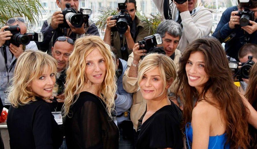 Le casting féminin du film Polisse de Maïwenn. De gauche à droite, Karin Viard, Sandrine Kiberlain et Marina Fois, en compagnie de la réalisatrice.