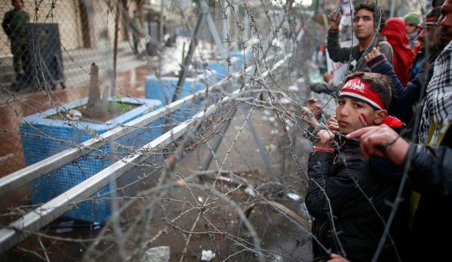Des manifestants réunis devant les locaux de la télévision d'État, au Caire, pour demander à l'Armée de rendre le pouvoir aux civils.