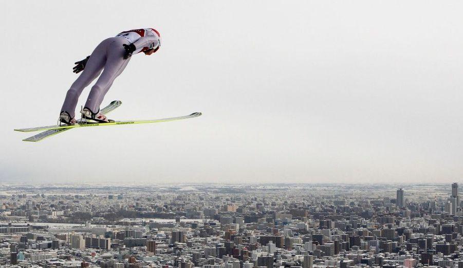Le polonais Kamil Stoch effectue un saut à ski lors de la Coupe du Monde organisée à Sapporo, au nord du Japon. Le Japonais Daiki Ito a remporté dimanche le second concours.