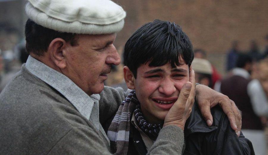 Un jeune garçon est consolé par un responsable de la sécurité après un attentat à la bombe à Peshawar, principale ville du nord-ouest du Pakistan. L'attaque, menée par un kamikaze à pied, visait Haji Akhunzada, un des leaders du groupe rebelle islamiste Ansarul Islam. Le bombardement a fait trois morts et huit blessés.