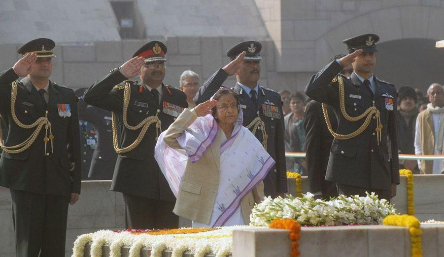 La présidente indienne Pratibha Patil observe deux minutes de silence à l'occasion du 64e anniversaire de la mort de Mahatma Gandhi, assassiné le 30 janvier 1948.
