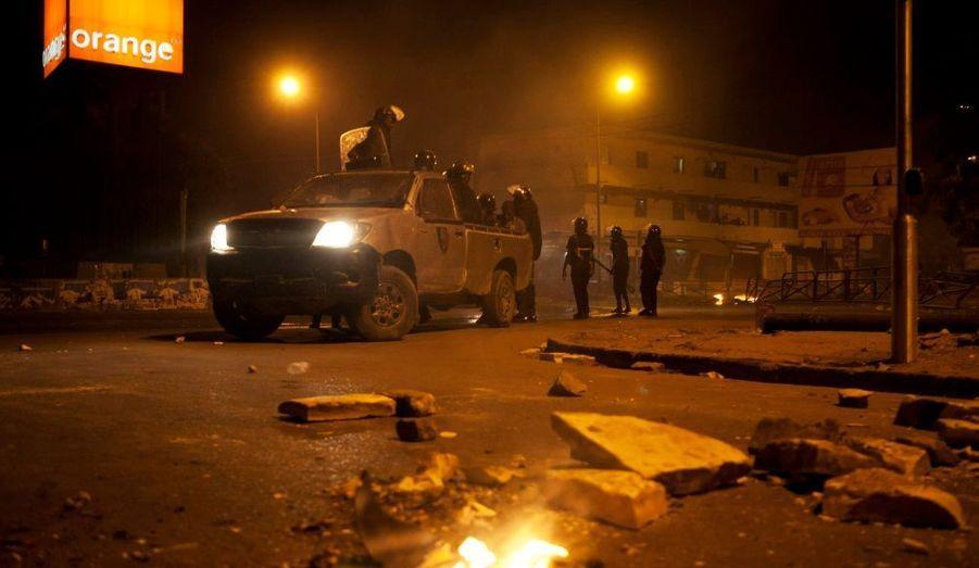 Des policiers patrouillent à Dakar. Une personne a été tuée mardi lors de nouveaux incidents entre manifestants et forces de sécurité sénégalaise, en marge d'un rassemblement contre la candidature d'Abdoulaye Wade à l'élection présidentielle.