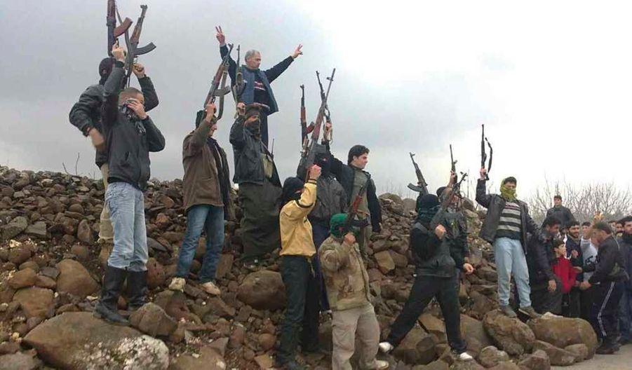 Des soldats syriens qui ont fait défection pour rejoindre l'armée de libération syrienne, manifestent contre le président syrien Bachar al-Assad à Kafranbel, près de Idlib. Les violences, qui se sont intensifiées ces derniers jours s'approchant de la capitale Damas, ont fait dimanche 66 morts dont 26 civils, a rapporté l'Observatoire syrien des droits de l'Homme.