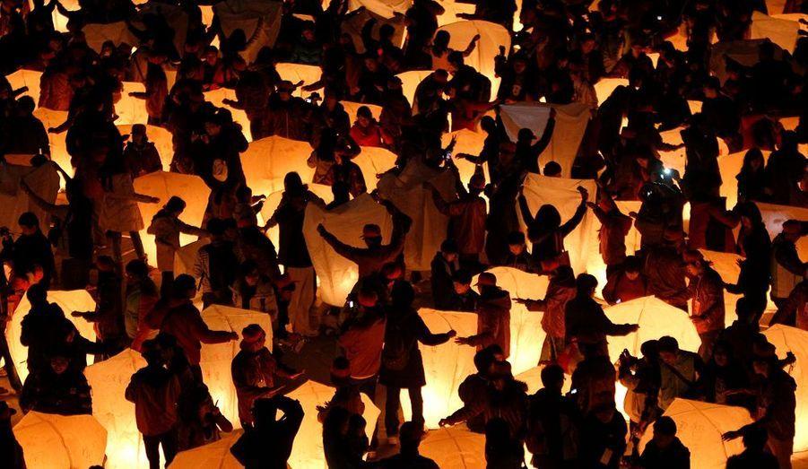 Lâché de lanternes dans le ciel à l'occasion de la fête des lanternes à Pingxi (Taiwan). Cette tradition est une forme de prière.