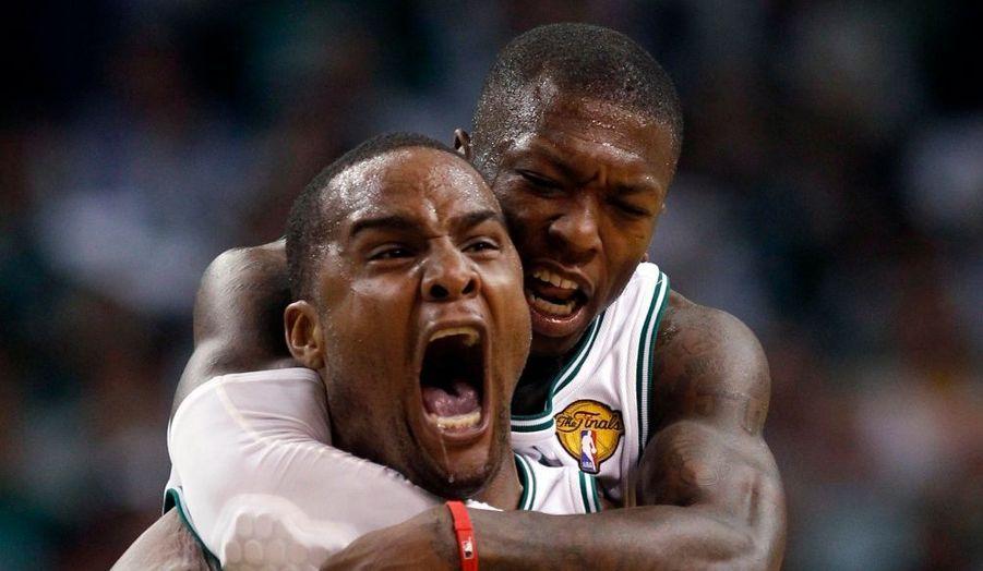 Grâce à l'activité de Glen Davis et Nate Robinson, sur la photo, les Celtics de Boston ont remporté le quatrième match de la finale de la NBA face aux Lakers de Los Angeles jeudi soir. Les deux équipes sont désormais à égalité 2-2.