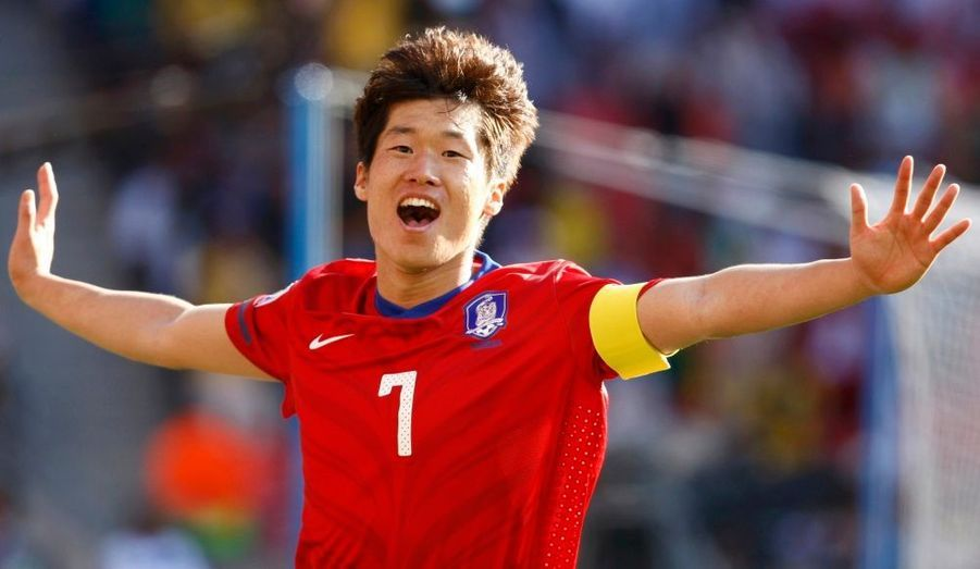 Peut-on parler de surprise ? Pas si sûr, toujours est-il que dans un groupe B où l'Argentine fait figure de favori pour la première place, la Corée du Sud a réalisé une excellente opération ce samedi en battant la Grèce 2-0 à Port Elizabeth. Une victoire logique pour les Asiatiques qui auront nettement dominé une formation hellène friable défensivement, avec deux buts de Jung So Lee et de Park Ji Sung. La Corée du Sud jouera son deuxième match jeudi prochain face à l'Argentine, la Grèce, dos au mur, affrontera le Nigeria le même jour.