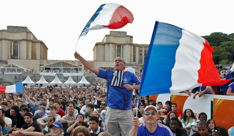 Si l'équipe de France a déçu avec un 0-0 inaugural face à l'Uruguay lors de son premier match de la Coupe du Monde 2010, les supporters ont répondu présents, comme ici, au Trocadero.