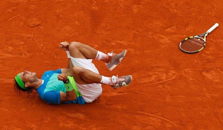 Rafael Nadal a remporté ce dimanche après-midi la finale messieurs de Roland-Garros. L'Espagnol, tête de série n°2 avant le tournoi, a sèchement battu le Suédois Robin Söderling en trois sets (6-4, 6-2, 6-4). Le Majorquin s'offre ainsi son cinquième titre sur la terre battue de la Porte d'Auteuil et reprend au Suisse Roger Federer la place de numéro un mondial au classement ATP.
