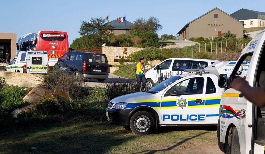 Les journalistes peinent à s'approcher des Bleus, toujours escortés par la police sud-africaine.