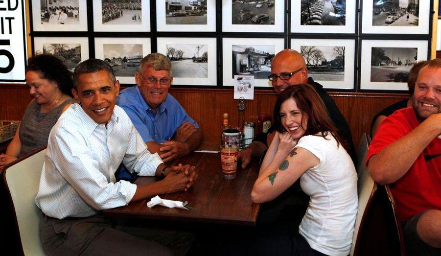 """Le président des Etats-Unis Barack Obama a fait une pause dans un café de l'Iowa, en pleine tournée électorale. Il a offert une bouteille d'une """"bière présidentielle"""". Le porte-parole de la Maison blanche, Jay Carney, a admis l'existence d'une brasserie au 1600 Pennsylvania Avenue, où est égalementstockée la production."""