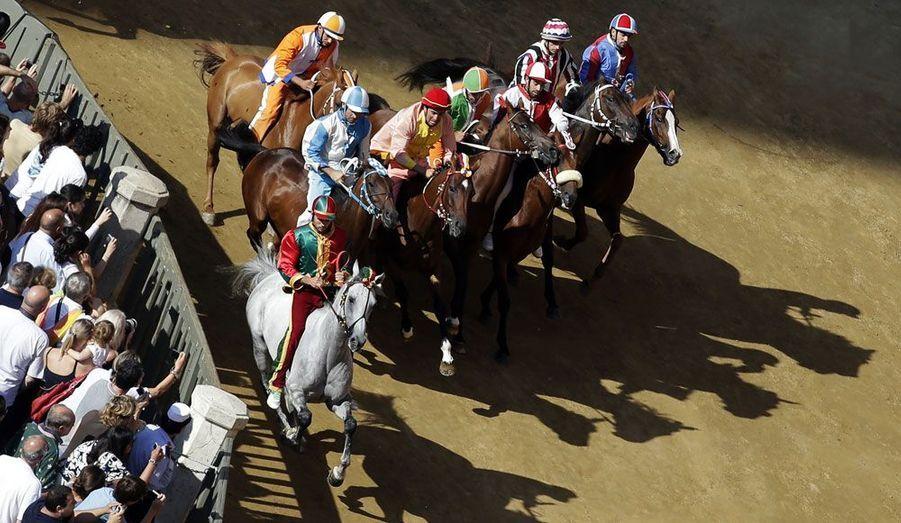 La plus importante course hippique de l'année en Italie, le Palio de Sienne, a lieu ce jeudi. Chaque cavalier représente un des 17 quartiers de la ville.