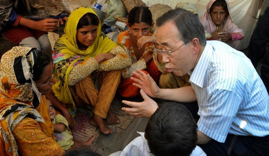Le secrétaire général de l'ONU, Ban Ki-moon discute avec des victimes des inondations au Pakistan, dans un camp de secours dans la province du Pendjab.