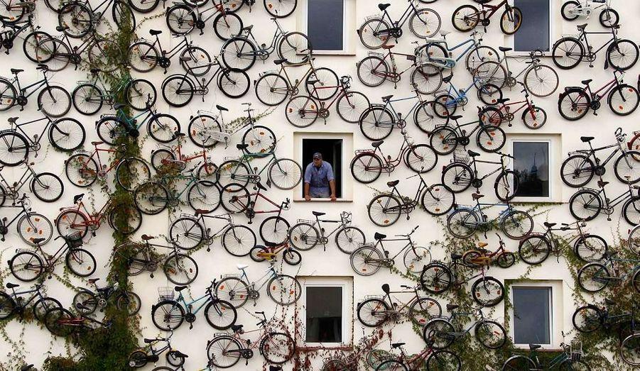 Christian Peterson tient un magasin de vélos à Altlandsberg, au Nord-Est de Berlin et a trouvé un moyen particulier d'attirer l'attention: il a accroché environ 120 vélos sur la façade de sa boutique.