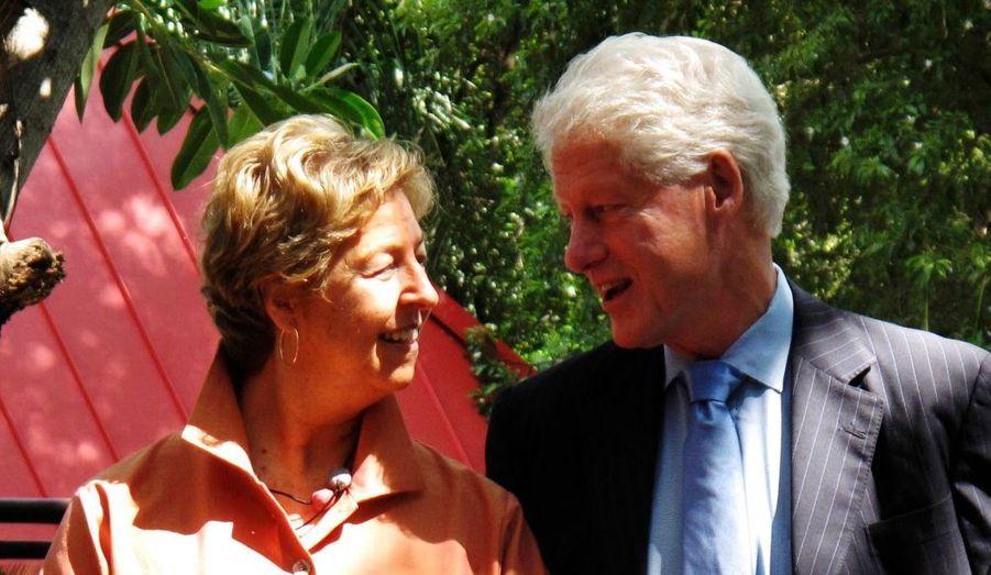 L'ancien Président des Etats-Unis Bill Clinton, émissaire spécial des Nation Unies pour Haïti, pose avec la vice-présidente de Boeing, Anna Roosevelt, lors d'une réunion à Port-au-Prince, hier. Une commission spéciale de recouvrement a annoncé, mardi dernier, que 1,6 milliard de dollars serait investit dans des projets pour reconstruire l'île ravagée par un tremblement de terre, dont 200 millions pour créer 50 000 emplois dans l'agriculture.