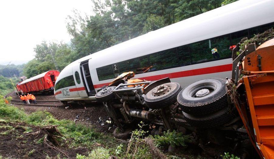 Un train reliant Francfort à Paris est entré en collision avec un camion de ramassage d'ordures, faisant au moins 10 blessés sur les 320 passagers qui se trouvaient à bord, apprend-on ce mardi. Il était 10h30 ce matin quand le TGV -qui ne roulait pas à grande vitesse au moment de l'accident- a déraillé près de Lambrecht, en Rhénanie-Palatinat.