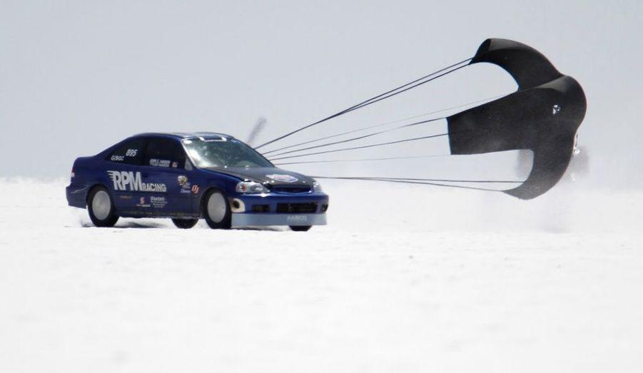 Cette Honda Civic dérape malgré le parachute censé la freiner, lors de la SpeedWeek de Bonneville, dans l'Utah. Sur le lac salé, toutes sortes de bolides tentent chaque année d'entrer dans l'histoire en pulvérisant des records de vitesse.